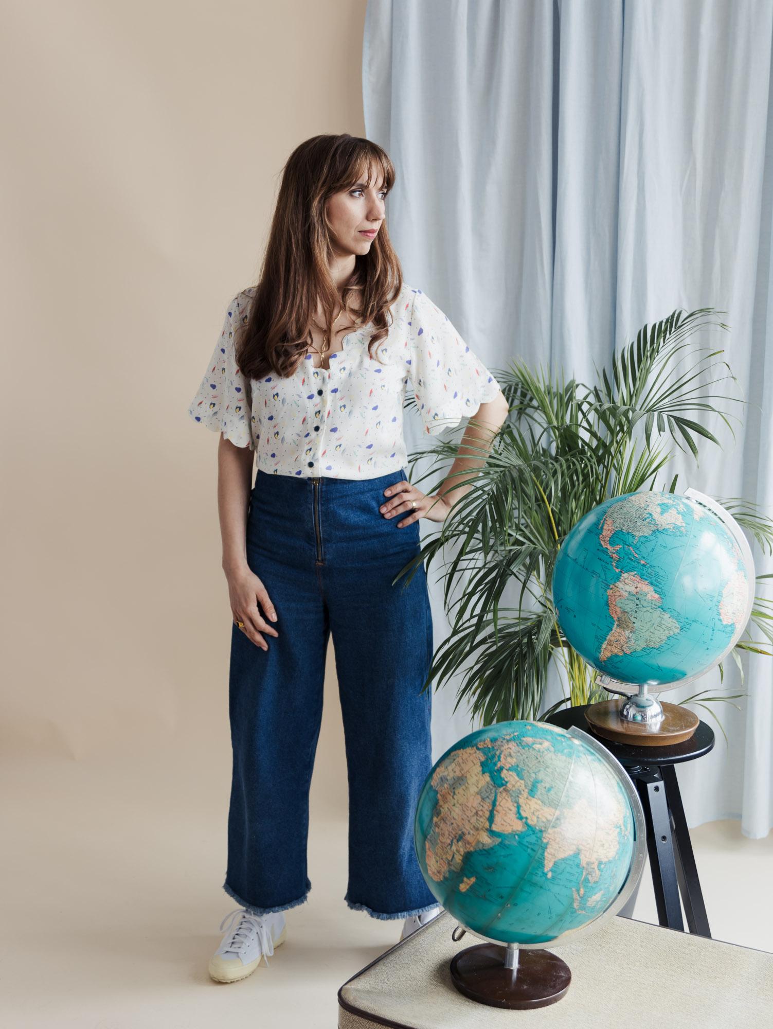 Schnittmuster Bluse Escapade mit V-Ausschnitt und Bogenkante kombiniert mit Lola High Waist Jeans - Schnittduett
